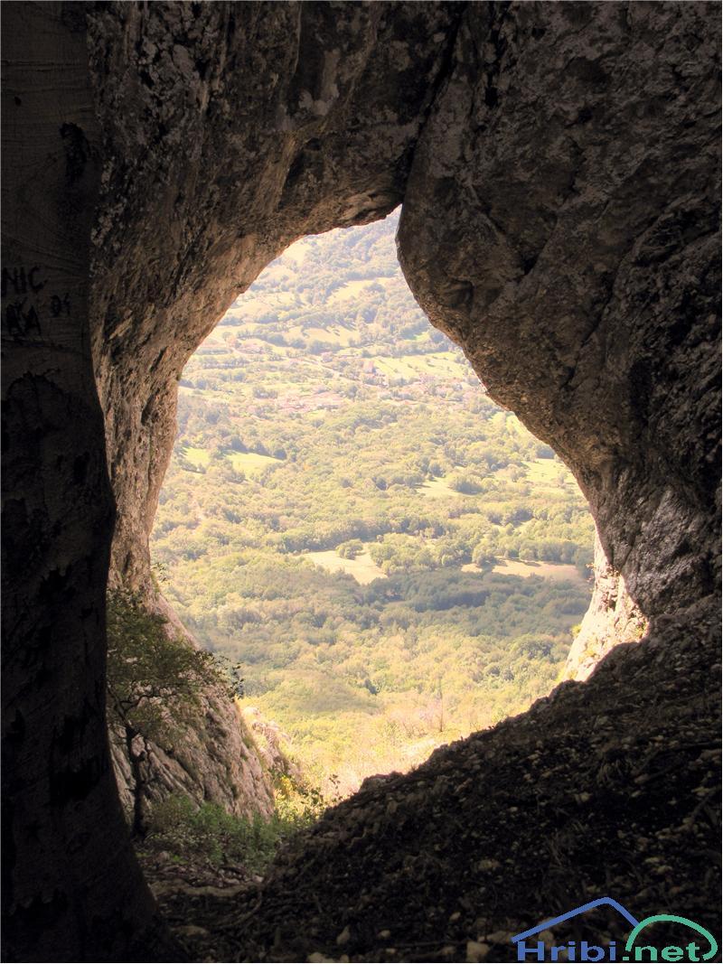 Otliško okno na poti proti Sinjemu vrhu