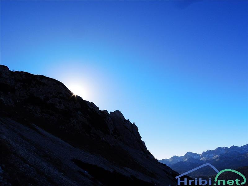 Jutro! Sonce kuka izza vrhov Rušnate glave.