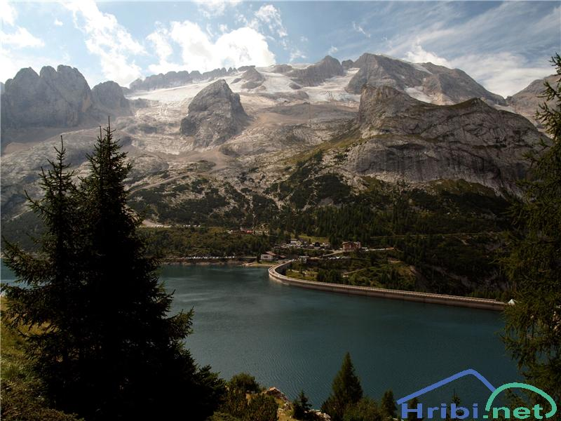 Marmolada z jezerom Lago d iFedaia