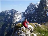 Kamniško sedlo...tukaj v družbi Krofičke in Raduhe sliko občutno polepša planinka Lea.