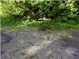 Koča pri izviru ZavršniceNa makadamskem parkirišču še vedno slabo zaščiten jašek