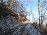 Polhograjska Grmada in ToščTu za robom se cesta prevesi, po grebenu pristopim v kratkem na vrh