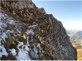 Zadnje prečenje proti razcepu za pot Silva Korena. Zelo nerodno zaradi pomrznjenega snega, brez oprimkov in strmim travnikom