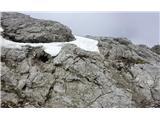 BranaLe manjše snežišče na poti tik pred izstopom na ovršni del