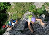 Tudi lahka planinska pot zahteva opremo in izkušnjeZelo zahtevne planinske poti (na fotografiji), ki so del planinske infrastrukture, je treba razlikovati od ferat, športnih objektov v naravnem okolju (foto Manca Ogrin).