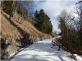 Prelaz Ljubelj (koča)Višje je še vedno nekaj snega
