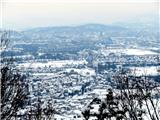 Debenji vrhpogled na zasneženo Ljubljano