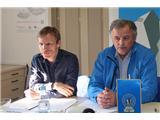 Vse več tujcev v dobro obiskanih...Strokovni sodelavec PZS Dušan Prašnikar in podpredsednik PZS Miro Eržen (foto Manca Ogrin).