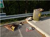 Prelaz Ljubelj (koča)Smeti ob državni cesti, ob vstopu v državo ležijo že več dni