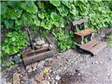 Prelaz Ljubelj (koča)Voda v korito ponovno lepo teče, tudi klopca je popravljena