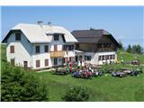 Vse več tujcev v dobro obiskanih...Dom na Uršlji gori obišče vse več družin in planincev na Slovenski planinski poti (foto Manca Ogrin).