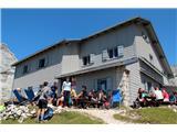 Vse več tujcev v dobro obiskanih...Odlično obiskan Pogačnikov dom na Kriških podih je vključen v evropski projekt Life SustainHuts (foto Manca Ogrin).