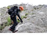Večji obisk gora, več dela za markaciste...Kakovostno opremo je treba znati tudi pravilno uporabljati - samovarovalni sestav za gibanje po zelo zahtevnih planinskih poteh (foto Manca Čujež).