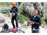 Večji obisk gora, več dela za markaciste...Matjaž Šerkezi in Matej Planko med prikazom opreme, potrebne za gibanje po zelo zahtevnih planinskih poteh.