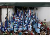 Lisca planinskih doživetij za 2500 ljubiteljev goraPlaninski praznik so počastili praporščaki 49 planinskih društev (foto Ljubo Motore).