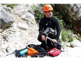 Večji obisk gora, več dela za markaciste...Matjaž Šerkezi med prikazom opreme, potrebne za varen obisk gora poleti (foto Manca Čujež).