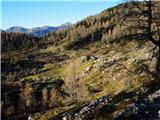 Pogled proti planini Ovčarija - na sliki razpotje poti Cez Stapce (desno) / Cez Prode (levo)
