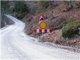 Kukova špicav dolino Vrat je na cesti iz Mojstrane dvakrat takle znak, a cesta je normalno prevozna