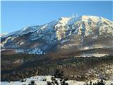 Slovenska obalapogled nazaj na Nanos v jutranjem soncu