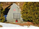 Gorska obeležja NOBTa pomnik je pri koči na Čemšeniški planini.