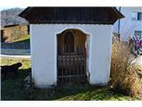 Znamenja (križi in kapelice) na planinskih potehDruga kapelica v vasi.