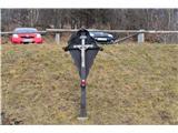 Znamenja (križi in kapelice) na planinskih potehKriž v vasi Topol.