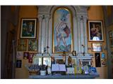 Znamenja (križi in kapelice) na planinskih potehIma več stranskih oltarjev.