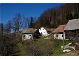 Po poteh Vinske goreEna od vasic ob poti. Malo naprej je potrebno poiskati lovski dom za nadaljevanje poti