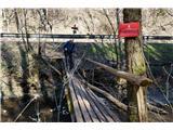 Po poteh Vinske goreNi za rahle živce. Uradno je teh nekaj metrov poti zaprte. Obvestila sta samo na levem in desnem bregu potoka :)