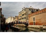 SU E ZO - gori doli po mostovih BenetkEden od mostov, 55 jih je bilo ta dan