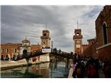 SU E ZO - gori doli po mostovih BenetkŠe eden od mostov. Skoraj vsak je malce drugačen