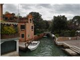 SU E ZO - gori doli po mostovih BenetkAtomobilov seveda ni, je pa zato pri večini hiš vsaj en čoln