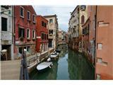 SU E ZO - gori doli po mostovih BenetkŠe eden od kanalov