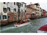 SU E ZO - gori doli po mostovih BenetkVečina čolnov ima takšen ali drugačen pogon, le gondole imajo samo ročnega :)