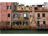 SU E ZO - gori doli po mostovih BenetkRealnost Benetk in nihanja morske gladine. Bivalna stanovanja so od prvega nastropja navzgor
