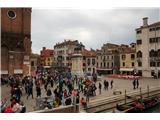 SU E ZO - gori doli po mostovih BenetkUdeležence prireditve so usmerjali prostovoljci, vsi oblečeni v prepoznavne modre jopiče