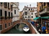 SU E ZO - gori doli po mostovih BenetkPot se večkrat približa centru Benetk in tam se ulice spremenijo v uličice