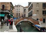 SU E ZO - gori doli po mostovih BenetkEden od privezov za gondole. Tukaj je bila cena za vožnjo 80 €/čoln, se pa spreminja glede na lokacijo
