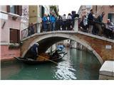 SU E ZO - gori doli po mostovih BenetkGondole visoko kotirajo na spisku nujnih fotografij vsakega priložnostnega fotografa