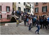 SU E ZO - gori doli po mostovih Benetk Kar nekaj se nas je podalo na pot. Uradna sttiskika govori o 10.000 prijavljenih udeležencev