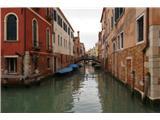 SU E ZO - gori doli po mostovih BenetkČisto druga zgodba kot v okolici Markovega trga. Tukaj ni množic