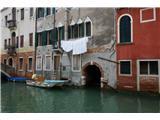 SU E ZO - gori doli po mostovih BenetkRealnost tukajšnjih prebivalcev
