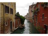 SU E ZO - gori doli po mostovih BenetkLe redki imajo nekaj zelenja pri hiši, je pa veliko improviziranih teras na strehah