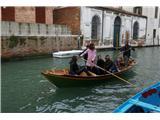 SU E ZO - gori doli po mostovih BenetkSkupinica turistov se trudi :)