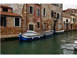 SU E ZO - gori doli po mostovih BenetkŠe eden čaka na lastnika. Čolni so vzdrževani, marsikateri prekrit s ponjavo