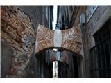SU E ZO - gori doli po mostovih BenetkTakole se hiša opira na hišo zaradi posedanja temeljev. Večkrat videno