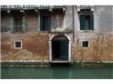 SU E ZO - gori doli po mostovih BenetkHiše imajo spodnji rob tik nad gladino iz za vodo neprepustne kamnine