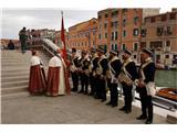 SU E ZO - gori doli po mostovih BenetkDož z osebno stražo