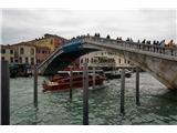 SU E ZO - gori doli po mostovih BenetkVišina mostov je prilagojena prometu v kanalih pod njimi