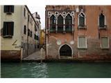 SU E ZO - gori doli po mostovih BenetkTudi kolesarjev ni tod okoli. Verjetno bi se hitro kdo znašel v vodi ;)